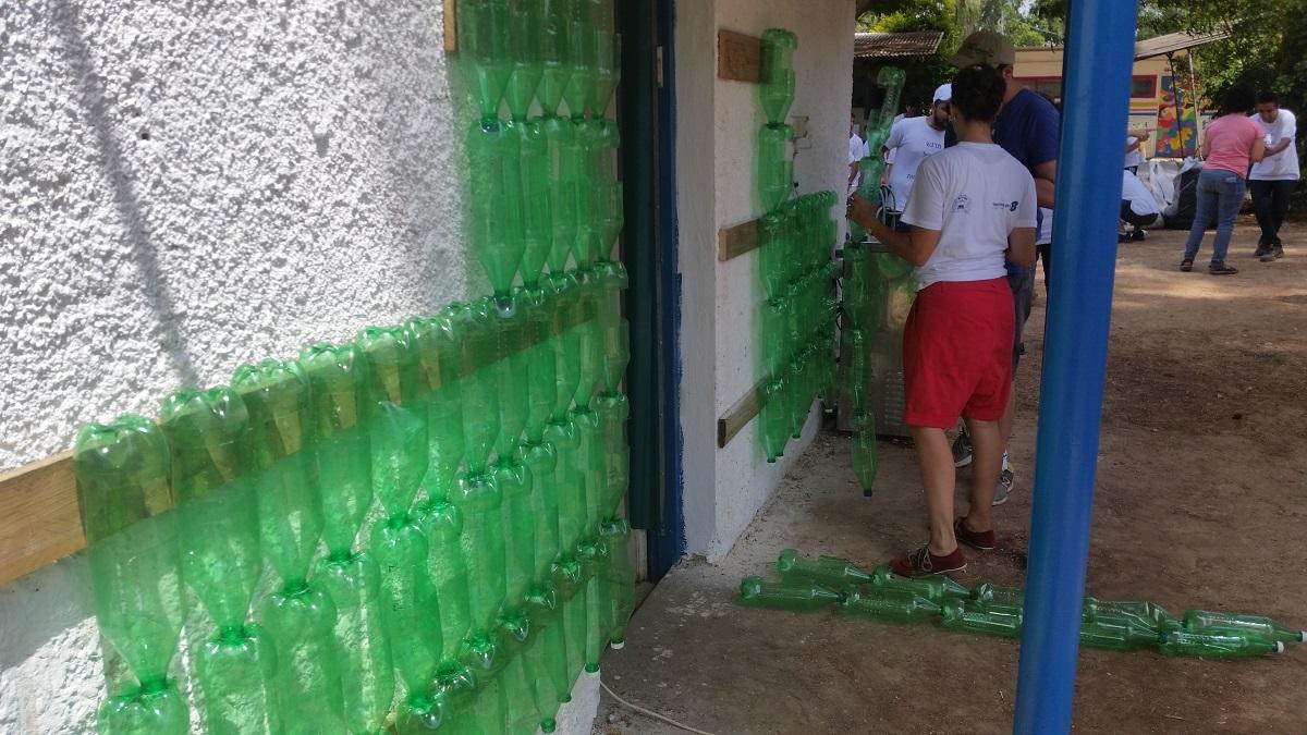 הקיר הירוק בביס שפרירים מוכן לשתילה - הגן הסולארי עם בזק בינלאומי
