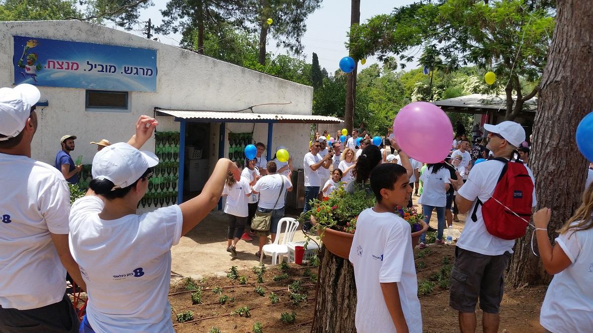 עובדי בזק בינלאומי חוגגים את הקמת הקיר הירוק עם תלמידי שפרירים